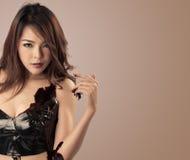Retrato de uma beleza fêmea nova loving do chocolate Imagem de Stock