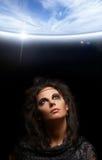 Retrato de uma bruxa em um fundo escuro Foto de Stock Royalty Free