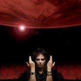 Retrato de uma bruxa em uma obscuridade - fundo vermelho Imagens de Stock Royalty Free