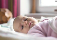 Retrato de uma colocação de sorriso do bebê Fotografia de Stock Royalty Free