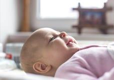 Retrato de uma colocação de sorriso do bebê Imagem de Stock