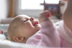 Retrato de uma colocação de sorriso do bebê Imagens de Stock