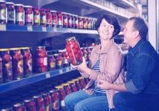 Retrato de uma compra idosa dos pares tomates salgados na GR Imagem de Stock Royalty Free
