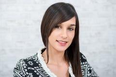 Retrato de uma costureira nova em seu estúdio Fotografia de Stock Royalty Free