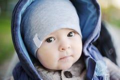 Retrato de uma criança bonito na capa Imagem de Stock