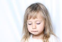 Retrato de uma criança com olhos tristes Fotos de Stock