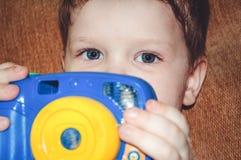 Retrato de uma criança com uma câmera. imagens de stock royalty free