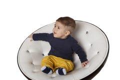 Retrato de uma criança na cadeira Foto de Stock Royalty Free