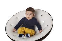 Retrato de uma criança na cadeira Imagem de Stock Royalty Free