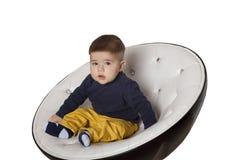 Retrato de uma criança na cadeira Fotos de Stock Royalty Free