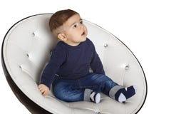 Retrato de uma criança na cadeira Foto de Stock