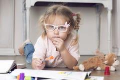 Retrato de uma criança nos vidros com marcadores Fotos de Stock Royalty Free