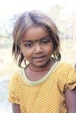 Retrato de uma criança pequena do vagabundo Miúdo desabrigado Fotografia de Stock