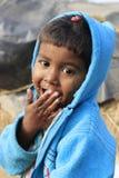 Retrato de uma criança pequena do vagabundo Miúdo desabrigado Fotos de Stock