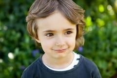 Retrato de uma criança pequena no campo Imagens de Stock