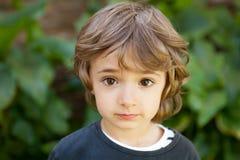 Retrato de uma criança pequena no campo Imagem de Stock