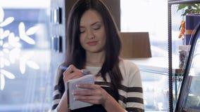 Retrato de uma empregada de mesa nova que toma um pedido filme
