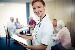 Retrato de uma enfermeira com tablet pc imagens de stock