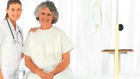 Retrato de uma enfermeira e de seu paciente vídeos de arquivo