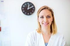 Retrato de uma enfermeira fêmea amigável nova ou de um doutor fotografia de stock royalty free