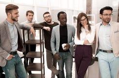 Retrato de uma equipe profissional do negócio no escritório imagem de stock royalty free