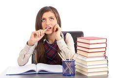 Retrato de uma estudante bonito que pensa duramente Fotografia de Stock Royalty Free