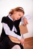 Retrato de uma estudante com um livro sem interesse foto de stock