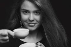Retrato de uma fêmea com uma xícara de café imagem de stock