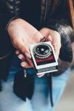 Retrato de uma fêmea nova que guarda um medidor de luz em suas mãos Fotos de Stock Royalty Free