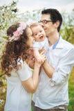 Retrato de uma família alegre no pomar Fotografia de Stock