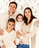 Retrato de uma família de sorriso feliz Fotos de Stock Royalty Free