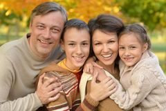 Retrato de uma família feliz no parque foto de stock royalty free