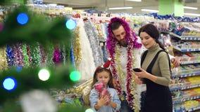 Retrato de uma família feliz no supermercado antes do Natal video estoque
