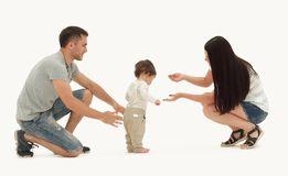 Retrato de uma família feliz que ensine uma criança andar fotos de stock royalty free