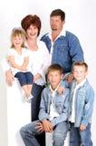 Retrato de uma família nova com três crianças Imagem de Stock