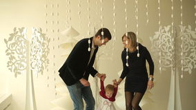 Retrato de uma família nova no estúdio vídeos de arquivo