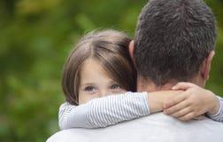 Retrato de uma filha triste que abraça seu pai imagens de stock royalty free