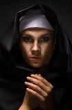 Retrato de uma freira da mulher nova Fotografia de Stock