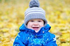 Retrato de uma idade de sorriso do bebê de 1 ano fora no outono Foto de Stock Royalty Free