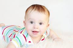 Retrato de uma idade de sorriso do bebê de 6 meses Fotos de Stock