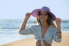 Retrato de uma jovem mulher fotografia de stock royalty free