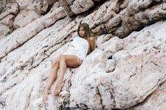 Retrato de uma jovem mulher bonita com assento longo do cabelo louro fotografia de stock