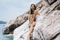 Retrato de uma jovem mulher bonita com assento longo do cabelo louro imagem de stock
