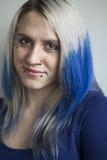 Jovem mulher bonita com cabelo azul imagens de stock royalty free