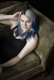Alternativa bonita com cabelo azul e o vestido preto fotografia de stock royalty free