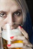 Jovem mulher bonita com cerveja bebendo do cabelo azul foto de stock