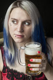 Jovem mulher bonita com cerveja bebendo do cabelo azul imagens de stock royalty free
