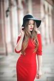 Retrato de uma jovem mulher bonita com cabelo longo, chapéu negro Fotografia de Stock