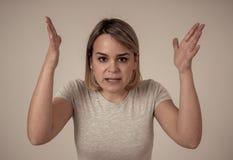 Retrato de uma jovem mulher bonita com a cara irritada que olha furioso Expressões e emoções humanas imagem de stock