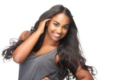 Retrato de uma jovem mulher bonita com mão no cabelo isolado no branco imagens de stock